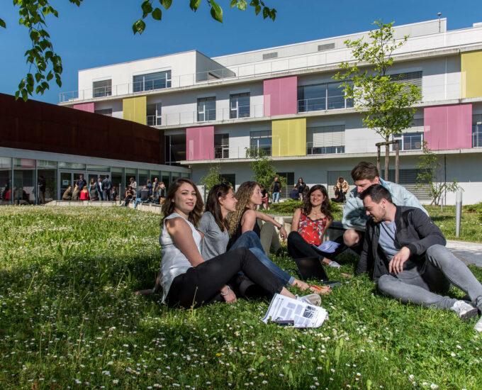 Ciel Strasbourg étudiants à l'extérieur du campus